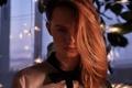 Картинка зима, окно, девушка, фонарики, вечер