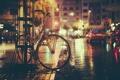 Картинка ночь, велосипед, огни, улица, тень, тротуар, автомобили