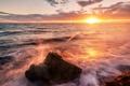 Картинка море, волны, солнце, брызги, блики, камень