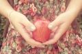 Картинка яблоко, руки, браслет