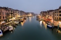 Картинка море, город, люди, пасмурно, здания, дома, лодки