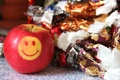 Картинка макро, яблоко, конфеты