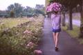 Картинка город, девушка, улица, цветы