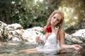 Картинка роза, река, девушка
