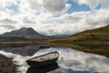 Картинка вода, озеро, камни, холмы, берег, лодка, scotland