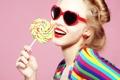 Картинка девушка, очки, сердечки, леденец, сладкое
