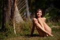 Картинка трава, взгляд, девушка, деревья, природа, улыбка, шатенка