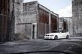 Картинка белый, небо, тюнинг, здания, бмв, BMW, седан