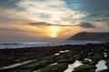 Картинка море, волны, солнце, облака, закат, берег, каменистый
