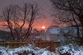 Картинка зима, солнце, снег, закат, дома