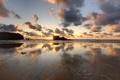 Картинка песок, пляж, небо, тучи, скалы, рассвет
