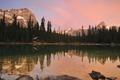 Картинка горы, озеро, камни, рассвет, елки, домик