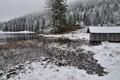 Картинка зима, снег, река, сарай, ёлки