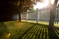 Картинка тень, свет, трава, забор, лето