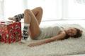 Картинка грудь, поза, улыбка, подарок, тело, Девушка, ножки