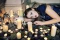 Картинка девушка, череп, свечи, ритуал