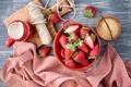 Картинка ягоды, клубника, тарелка, сахар, доска, скатерть, ваниль