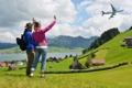 Картинка самолёт, трава, холмы, девушка, туристы, море, жест