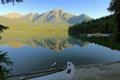 Картинка небо, деревья, горы, озеро, берег, лодка, утро