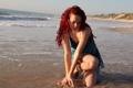 Картинка море, взгляд, вода, девушка, лицо, руки, ножки