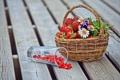 Картинка цветы, стакан, ягоды, корзина, ромашки, земляника, клубника
