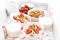 Картинка молоко, клубника, завтрак с клубникой