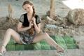 Картинка песок, взгляд, девушка, платье, коса, ножки, камень.